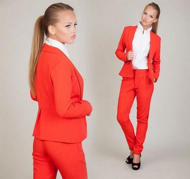 Красный деловой костюм с брюками