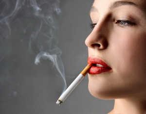 как курит женщина
