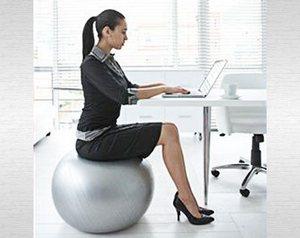 Сидите на мяче за компьютером