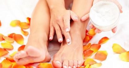 Домашний крем для пяток: мазь календулы и витамин А