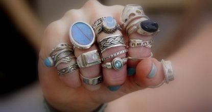 Будьте осторожны, когда надеваете кольцо на палец