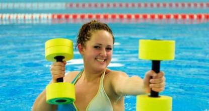Помогает ли бассейн от целлюлита: 4 эффективных упражнения в воде