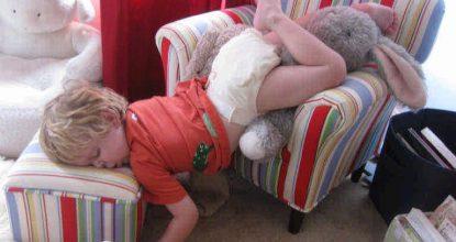 Фото спящих детей в неудобных позах