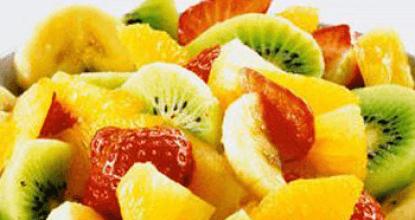Вкусный фруктовый салат с киви, апельсином и клубникой
