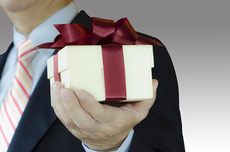 Какие подарки нельзя дарить на Новый год женщине и мужчине