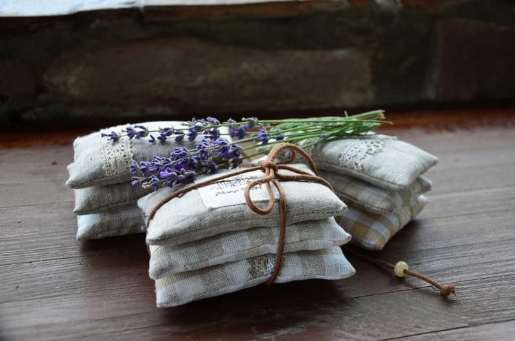 Почему постельное белье пахнет: как избавиться от неприятного запаха после стирки