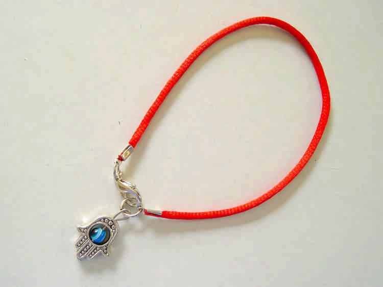 Красная нить на запястье: что означает и как правильно носить