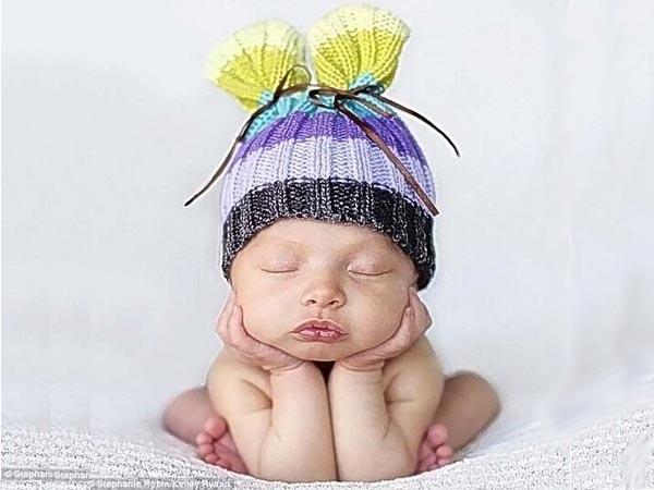 Спящие малыши в шапочках