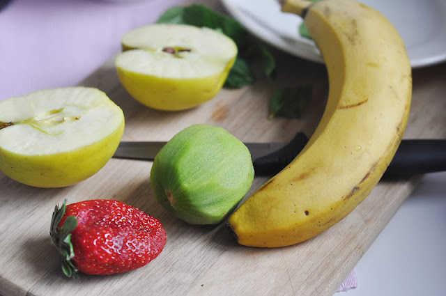 Фруктово-ягодный салат из банана, киви, клубники и яблока с мятой.