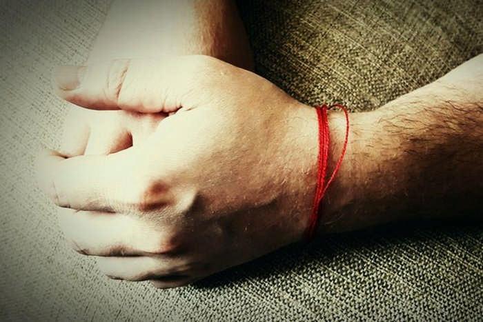 Надежный оберег: красная нить на запястье