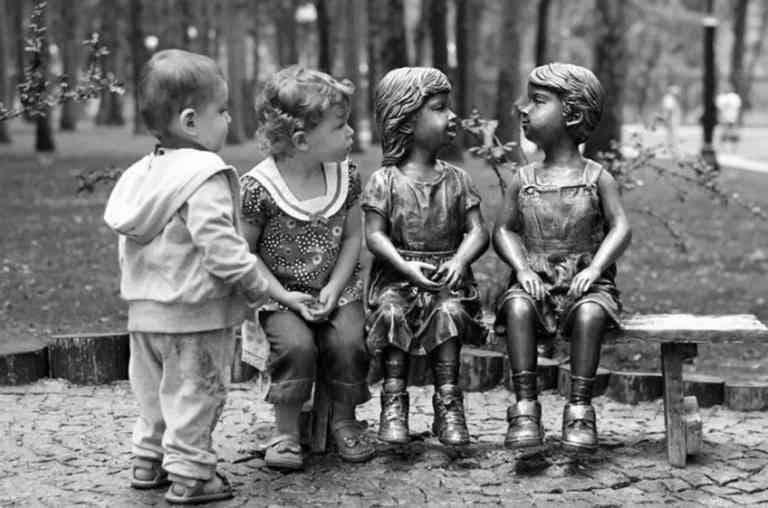 Забавные памятники и забавные фотографии детей