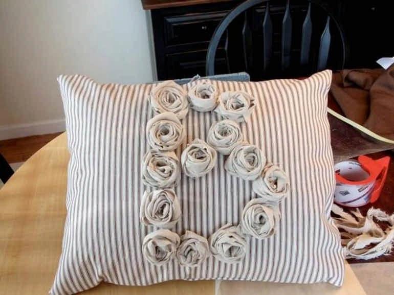 Розочки из ткани на подушке