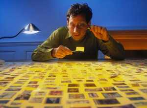 Рассматривает марки