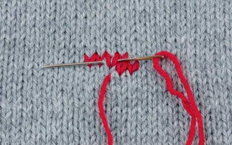 Как на вязаном изделии сделать вышивку нитками, бисером или лентами