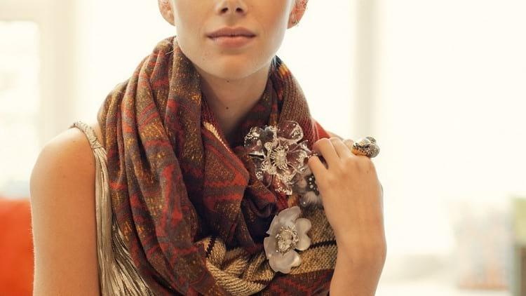 Как правильно подобрать и как носить брошь на одежде, как сделать украшение своими руками