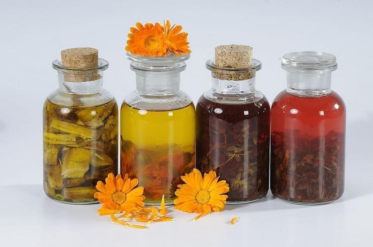 Чем отличается эфирное масло от косметического: состав и полезные свойства