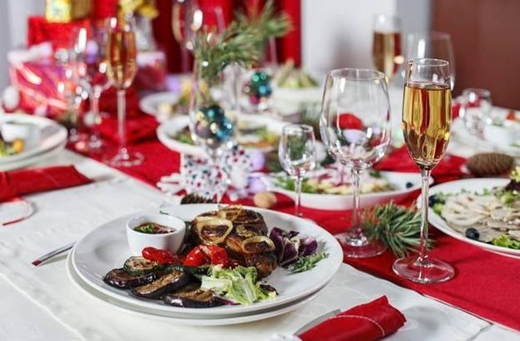 Как встречать Новый 2019 год Свиньи в кругу семьи: приметы, сервировка стола, меню