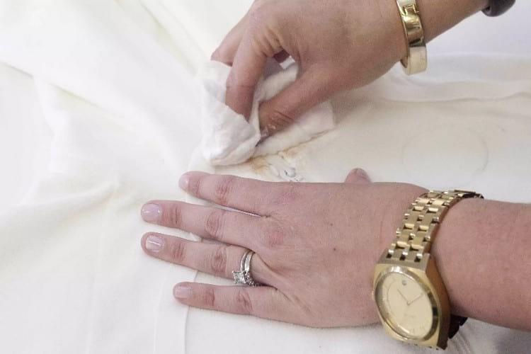 Как и чем можно отстирать тональный крем с одежды