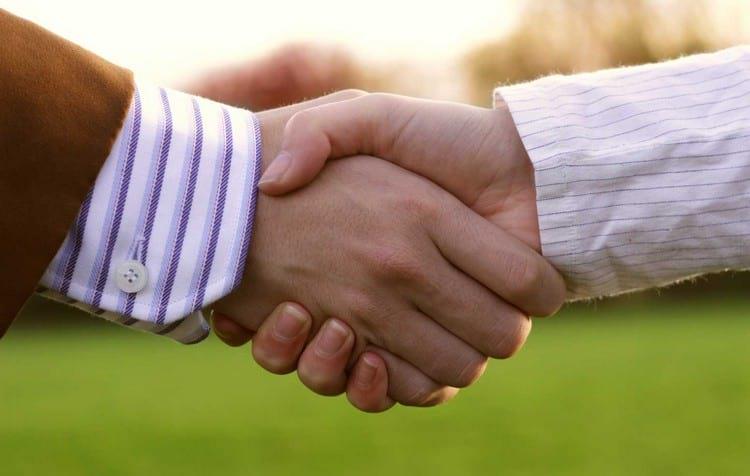 Почему люди здороваются за руку