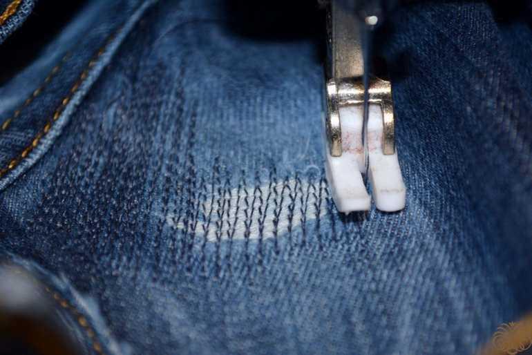 Как зашить джинсы на коленке