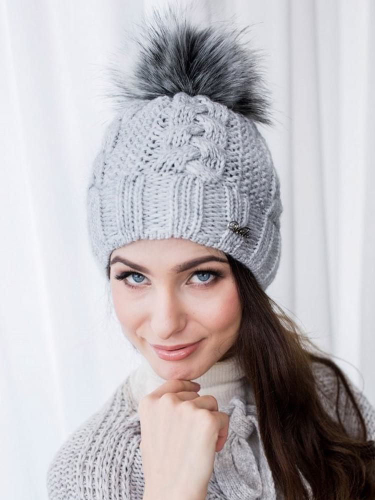 Как связать женскую зимнюю шапку спицами: примеры моделей и описание