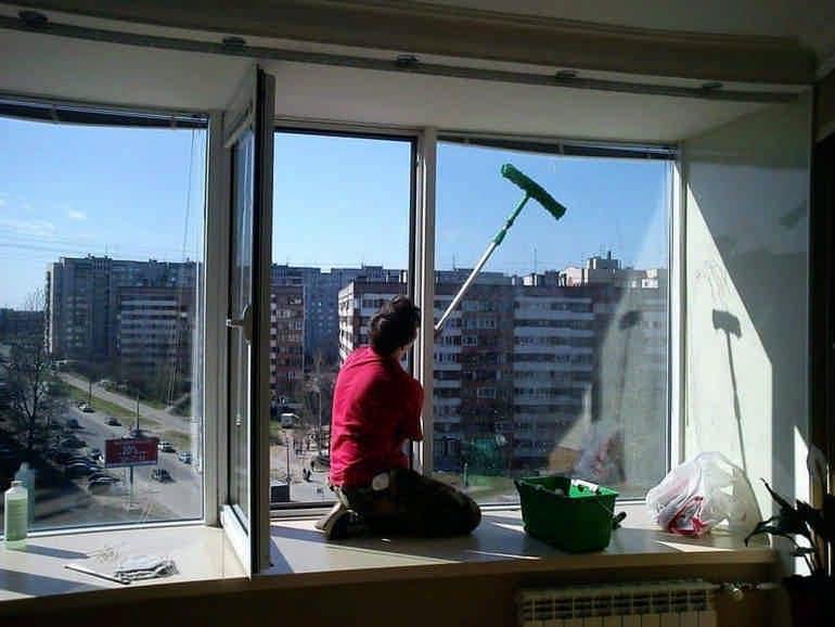 Как и чем мыть окна в квартире, на балконе быстро и без разводов