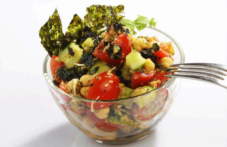 Вкусный, полезный и необычный салат - черри, авокадо и нори