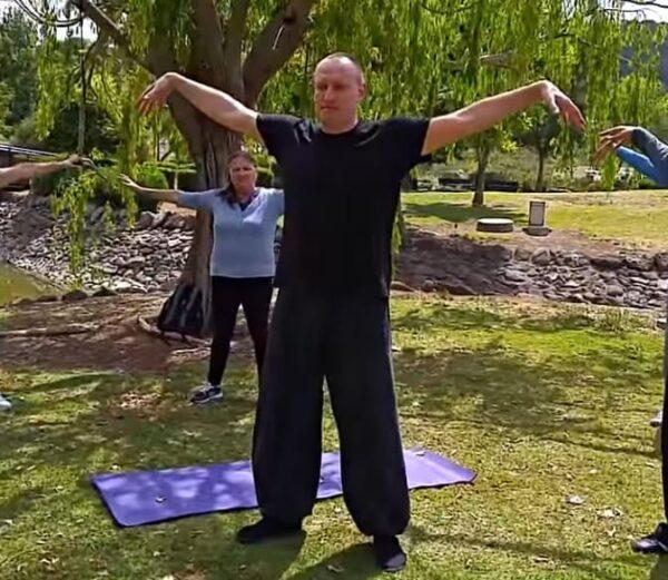 Китайская ходьба: какие упражнения помогут при болях в спине и ногах