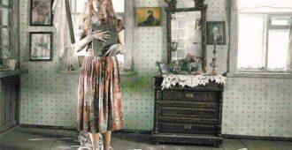 Девушка, танцующая с иконой Николая Чудотворца